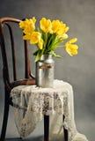 与黄色郁金香的静物画 免版税库存图片