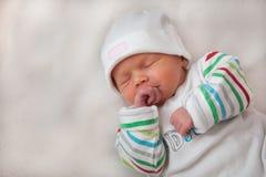 睡觉的女婴抓住她的手 库存图片