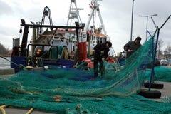 在非常黑暗,风暴日期间,切削刀和渔夫在钓鱼以后 库存图片