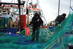 在非常黑暗,风暴日期间,切削刀和渔夫在钓鱼以后 免版税库存照片