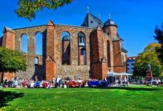 在非战纪念教会前面的五颜六色的跳蚤市场在一晴朗的10月天在哈瑙,德国 免版税库存图片
