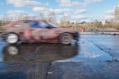 在非职业事件期间的红色漂移的汽车在华沙,波兰 图库摄影