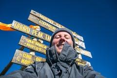 在非洲-乌胡鲁峰顶,乞力马扎罗山, Tanz上面的远足者  免版税库存图片