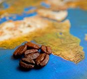 在非洲地图的咖啡粒 库存照片
