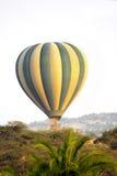 在非洲大草原的热空气气球 库存照片