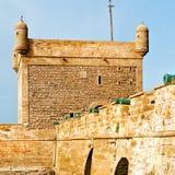 在非洲摩洛哥老城堡褐色砖天空的大炮 免版税图库摄影