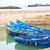 在非洲摩洛哥老港口木头和抽象码头的小船 库存照片