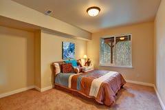 在非洲题材完成的卧室内部 免版税图库摄影