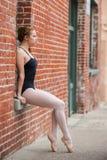 在靠窗座位摆在的俏丽的芭蕾女孩 免版税库存图片