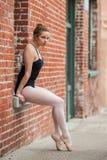 在靠窗座位摆在的俏丽的芭蕾女孩 库存图片