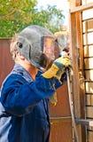 在面具的焊工在操作期间 免版税库存照片