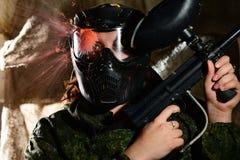 在面具的迷彩漆弹运动直接命中 图库摄影