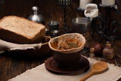 在面包供食的传统乌克兰汤 库存图片