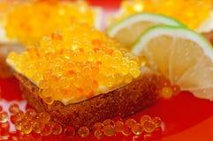 在面包的红色鱼子酱 免版税库存照片