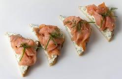 在面包切片的三文鱼内圆角 免版税库存图片