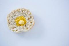 在面包切片的熔化的黄油 库存照片