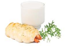 在面包包裹的热狗用牛奶 库存图片