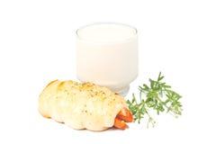 在面包包裹的热狗用牛奶 图库摄影