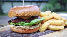 在面包小圆面包的汉堡与土豆片 免版税库存图片