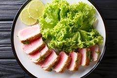 在面包屑panko的可口牛排ahi金枪鱼用莴苣和 免版税库存照片