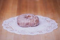 在面包师表上的搽粉的上釉圆环 免版税库存照片