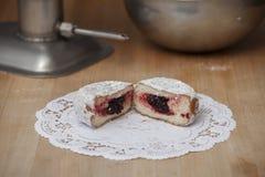 在面包师表上的搽粉的果冻多福饼 免版税图库摄影
