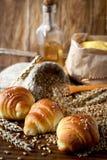 在面包店木桌上的新鲜的新月形面包 库存图片