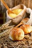 在面包店桌上的新鲜的新月形面包 免版税库存照片