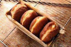 在面包店模子的新鲜的油炸圈饼 免版税库存照片