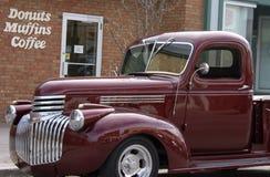 在面包店汽车之外的古色古香的经典卡车 库存照片