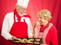 在面包店的品尝曲奇饼 库存照片