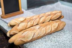 在面包店的柜台的面包 库存照片