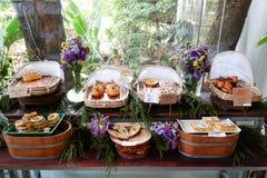 在面包店的被烘烤的产品 免版税库存图片