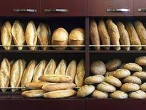 在面包店陈列室的面包 免版税图库摄影