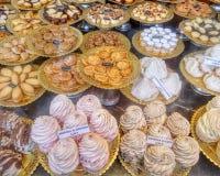 在面包点心店的蛋白甜饼点心 免版税库存照片