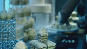 在面包点心店蛋糕由大师安置的待售准备 股票录像