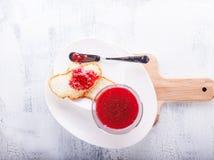 在面包的果酱 免版税库存照片
