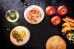 在面包的煎蛋 英式早餐用烟肉、油煎的土豆、蘑菇和绿色 库存图片