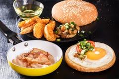 在面包的煎蛋 英式早餐用烟肉、油煎的土豆、蘑菇和绿色 免版税库存照片