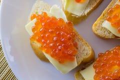 在面包的红色鱼子酱与黄油特写镜头 免版税库存照片
