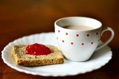 在面包的草莓酱 免版税库存照片