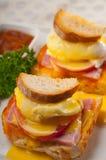 在面包的鸡蛋本尼迪克特用蕃茄和火腿 库存照片