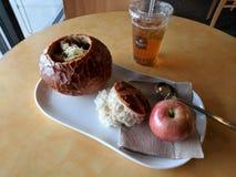 在面包碗的法国葱汤 免版税库存图片