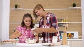 在面团的妇女倾吐的牛奶在厨房 影视素材