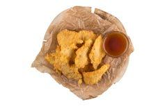 在面团的开胃酥脆切好的鸡内圆角 在一张白色背景顶视图的开胃菜 免版税库存照片