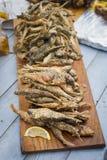 在面团的油煎的鱼虾虎鱼用柠檬和绿色 免版税库存图片