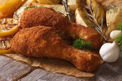 在面团的炸鸡腿用土豆 免版税库存照片