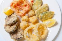 在面团的菜 洋葱圈、胡椒茄子夏南瓜和柠檬 图库摄影