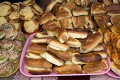 在面团的香肠在板材用绿色汉堡和Shanga 免版税库存图片