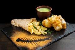 在面团的鱼,炸薯条 免版税库存照片